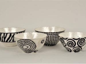 Shell  with 4 bowls black and white